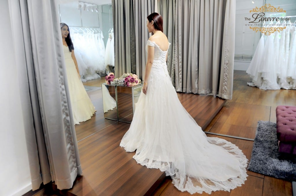 7.lace-train-wedding-dress